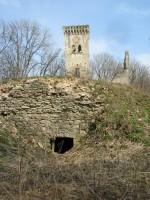 Lehtse mõisa peahoone torn ning ees asuvad võlvkeldrid. Foto: M.Abel 27.04.2010