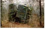 """Rahvapärimustega seotud kivi """"Härjakivi"""" (Raudsikivi). Foto: Tõnu Sepp, ca 1999."""
