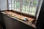 Kirikusaali S-seinas olev aknaava eemaldatud lengiosaga. Tõnis Padu foto 30. sept 2010