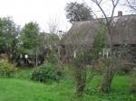 Kalmistu peale on rajatud talu. Vaade aiale ja elamule.