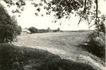 Vaade asulakohale linnuse idapoolselt otsavallilt. Foto: M. Pakler, 29.09.1979