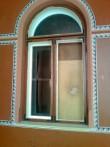 15977 Inju mõisa peahoone, peasissepääsu terrassil oleva akna klaas on puruks, sissemurdmine jaanuar 2012.foto  09.01.12, Anne Kaldam