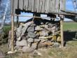 Jaagu talu pukktuulik maapinnalt toestatud toolvärgiga tuuliku nurgapostide alla. Toestamise lahendus stabiliseerib viltu vajunud tuulikukehandit. Foto: M.Koppel 2011