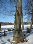 Kõpu kalmistu, vaade kabelisse suunduva jalgtee vasakult poolelt  Foto 08.03.2012 Anne Kivi