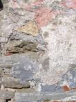 Sadama aida vana osa värvilahendused - fragment seinapinnalt Veski tn poolt. Ait on olnud enne valgeks värvimist Kuressaare klassitsismile omaselt sinakas-hall, seejärel roosa ja kollane. Foto: M.Koppel 2012