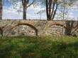 Vaade piirdemüüri seest, idapoolne müüriosa. Uuem müüriladu tellis sillusega. Foto: Sille Raidvere, 15.05.2012.