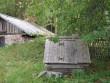 Uustalu kapaga kaev : reg. nr. 15886, vaade läänest elamu poolt, taamal kelderreg. nr.15882.  Autor Anne Kaldam  Kuupäev  18.08.2007