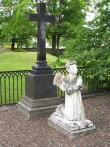 16930 Hauamonument palvetava ingliga, 19.saj. II pool (marmor) , 25.06.2012. Anne Kaldam