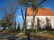 Valjala kirik ja selle ees olev kiviaed. Foto: Rita Peirumaa, 2011