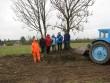 """09. mail 2009 """"Teeme ära"""" talgute raames koristas Tuula küla rahvas lohukivi pealt ära sinna aegade jooksul ladestatud põllukivid. Foto: Ulla Kadakas, 09.05.2009."""
