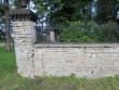 15889 Ilumäe kabeliaia piirdemüür , edelanurk - avariiline paekivist post ,vaade lõunast. Anne Kaldam, 24.08.2012