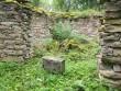 Portaalil olnud ehiskivi tekstiga, Karja vana kalmistu. Foto: R. Peirumaa, august 2012
