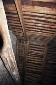 Katusekonstruktsiooni läänepoolne sarikapaar on halvasti remonditud, kasutatud on sobimatu ristlõikega puitu. T. Padu foto 23. märts 2012