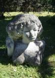 """Skulptuur """"Naine õunaga"""". M. Mõtuste, 1978 (dolomiit) Foto: S. Simson 15.06.2006"""