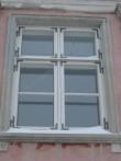 Lossi tn 7, elamu esifassaadi aken. Foto: Rita Peirumaa, 18.12.12.