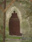 Pöide kiriku põhjaportaali gooti stiilis portaal. Niiskuskahjustused (rohevetikas). Foto: Rita Peirumaa, 23.09.010