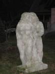 Skulptuur «Aadam ja Eeva», E. Kolk, 1970 (dolomiit). E. Kolgi maakodus Vääna-Jõesuus pärast restaureerimist. Foto: V. Leitsar, 2007