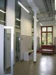 Näituse 2 teise korruse koridori lõpus olnud auditoorium on ümber ehitatud kabinettideks, kasutades kaasaegset klaas-metalluste lahendust. Samas on säilitatud algne metallpost. Foto Egle Tamm, 10.09.2013.