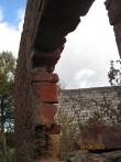 Ühe kivi paksune välismüür, sisemine toortellis on sadevete tõttu maha voolanud.  Foto: Sille Raidvere  Kuupäev: 24.09.2013