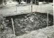 Varbola linnamägi kaevand linnuse õuel, kaevu lähedal, arvatav ohvriallika koht - kagust. Foto: E. Väljal, 21.07.1985.