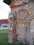 Kreutzwaldi 48 tallihoone sõõrpetik ja väravapost, millel on säilinud hinged. Foto Egle Tamm, 15.05.2014.