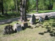 Mitmed Tartu Ülikooli õppejõudude kalmud asuvad kalmistu Narva maantee poolse sissepääsu kõrval. Foto Egle Tamm, 16.05.2014.