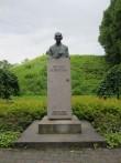 Friedrich Reinhold Kreutzwaldi monument,vaade põhjast, kreutzwaldi tänava poolt.taamal Rakvere vallimägi.  foto: Anne Kaldam 26.06.2014