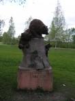 Üks karupoegadest on 2008. aasta kevadel skulptuuri küljest lahti pudenenud  Autor Martti Veldi  Kuupäev  13.05.2008