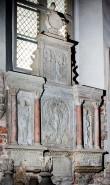 De la Gardie ja S. Gyllenhielmi hauamonument-sarkofaag ja epitaaf, A. Passer, 1589-1595 (dolomiit, Märjamaa kivi, graniit, osaline kullatis). Epitaafi üldvaade - vaade vasakult pärast konserveerimist. Foto: Toivo Vallimaa, 14. okt. 2014.