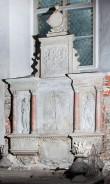 P. De la Gardie ja S. Gyllenhielmi hauamonument-sarkofaag ja epitaaf, A. Passer, 1589-1595 (dolomiit, Märjamaa kivi, graniit, osaline kullatis). Epitaafi üldvaade vaade paremalt -  pärast konserveerimist. Foto: Toivo Vallimaa, 14. okt. 2014.
