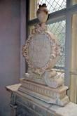 P. De la Gardie ja S. Gyllenhielmi hauamonument-sarkofaag ja epitaaf, A. Passer, 1589-1595 (dolomiit, Märjamaa kivi, graniit, osaline kullatis). Epitaafi ülaosa medaljon ja urn pärast konserveerimist. Foto: Sirje Sorok, 7. sept. 2014