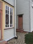 Kitzbergi 1 hoovitrepikoja uks ja verandaaken restaureerituna ja värvituna uues toonis. Foto Egle Tamm, 30.10.2014.