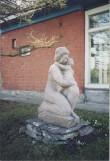 Skulptuur peasissepääsu kõrval. Foto: V. Leitsar, mai 1994