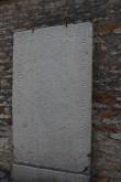 Kohtu 6 väravaehitise seinal asuv hauakivi. Foto: E. Kangor, 25.02.2016