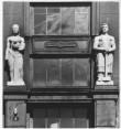 """Skulptuurid """"Naistööline"""" ja """"Meestööline"""" oma algses asukohas Tõnismäe tn 5 portaali kohal. Foto: Olaf Multer"""