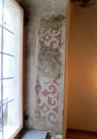 Väikese aida II korruse uusaegse maalinguga raidkivist aknapõsk. Foto H. Kuningas 2012
