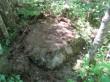 Märkidega kivi 30799, vaade edelast. Esiplaanil #-ga sarnane märk kivil, valguslaikude tõttu ei ole märgid fotol hästi jälgitavad. Foto 25.05.2016, A.Kivirüüt.
