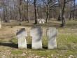 II maailmasõjas hukkunute matmispaik, reg. nr 22300. Vaade läänepoolsetele paekivist ristidele. Foto: Anne Kaldam, kuupäev 21.04.2009