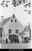 Vaade Vaekoja (Tallinna tn 3) esifassaadile keskväljakult. Foto: Kuressaare Linnavalitsuse arhiiv, 1985