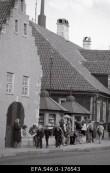 Vaade Vaekoja (Tallinna tn 3) esifassaadile keskväljakult. Foto: Kuressaare Linnavalitsuse arhiiv, 1989