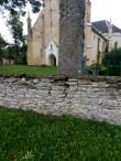 Simuna kirikuaia piirdemüür, müürile liiga lähedal asuva puude kahjustused. Foto: M.Abel, kp 15.09.17