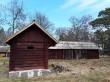 Kaarli talu heinakuur. Foto: Raili Uustalu 19042018. Vaade hoonetele (esivaates väikeste loomade laut, taamal paremal mälestis - heinakuur)