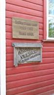 Koolimaja seinale paigaldatud mälestustahvlid. Foto: Karin Kirtsi, 05.06.2018