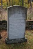 II ms hukkunute ühishaud Kärla kalmistul. Nimetahvel mälestussamba taga. Foto: Üllar Alev, 09.10.2018