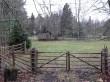 """Uustalu elumaja. Foto: Raili Uustalu 08.11.2018. Vaade talu siseõue väravast, vasakule jääb """"soome"""" ait."""