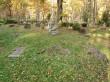II maailmasõjas hukkunute ühishaua monument koos selle ette maapinnale laotatud nimetahvlitega. Foto: Keid Saks, 16.10.2018