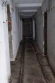 Rannapatarei nr 10a koridor esimesel korrusel, põranda sees näha kitsarööpmeline raudtee, koridor keskelt kinni müüritud. Foto: Üllar Alev 26.02.2019.