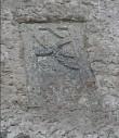 Trapetsikujulise hauaplaadi katke. 13. saj.(?) (dolomiit). Foto: M. Loit, 14.10.2003