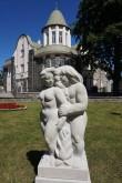 "Skulptuuri ""Aadam ja Eeva"" autorikoopia (Ellen Kolk 2008. a) Õnnepalee ees. Foto: Eero Kangor, juuli 2019.a."