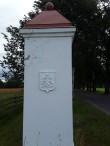 Vihula mõisa väravapostid. Foto: Raili Uustalu 11.07.2019. Sisenemisel vasakpoolne väravapost.